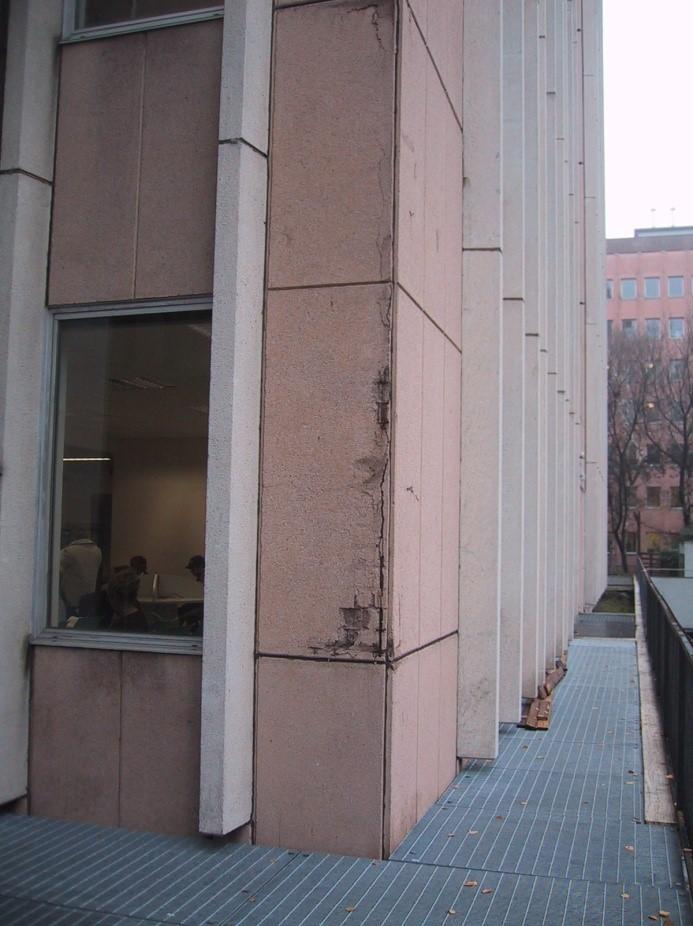 property management Figura 4 - Il rivestimento di facciata i pannelli prefabbricati, prima dell'intervento. 2.jpg