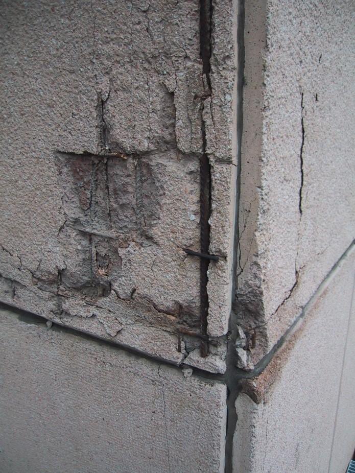 property management Figura 4 - Il rivestimento di facciata i pannelli prefabbricati, prima dell'intervento..jpg
